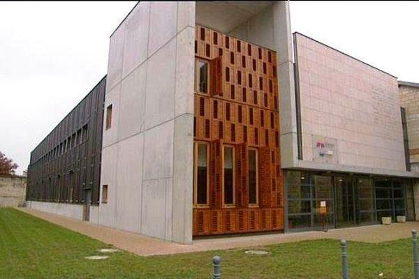 Ce nouveau bâtiment du campus de l'ENSAM abrite tout le matériel nécessaire à la formation des élèves ingénieurs dans le domaine de la filière bois écoconstruction.