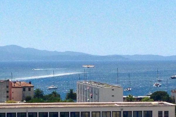 Un avion bombardier d'eau se ravitaille dans la baie d'Ajaccio, le 30 juillet