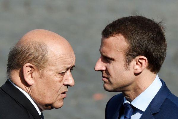 Le ministre de la Défense Jean-Yves Le Drian au côté d'Emmanuel Macron (alors ministre de l'Economie) en juillet 2015