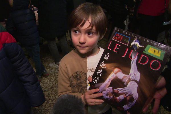 Le judo, une passion que ce jeune garçon poursuit jusque dans les livres.