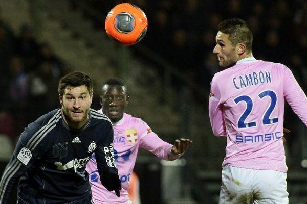 André-Pierre Gignac face à deux joueurs d'Evain : le défenseur Cedric Mongongu et le milieu de terrain Cédric Cambon