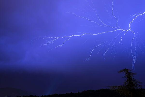 Hier soir, le ciel haut-rhinois avait pris des allures de stroboscope.