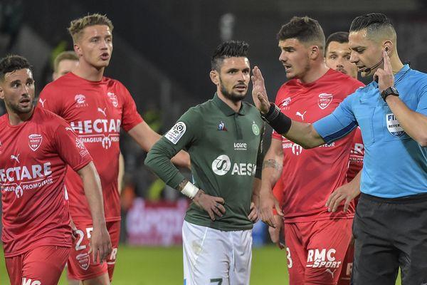 Défaits 2 à 1 à Saint-Etienne, Nîmesn'a plus gagné depuis le 15 février. A Geoffroy Guichard, les crocos estiment avoir été lésés par l'arbitrage.