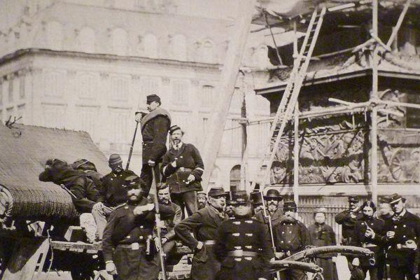 Gardes nationaux et curieux sur la colonne Vendôme renversée le 16 mai 1871.