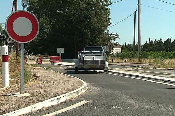 Millas (Pyrénées-Orientales) - les véhicules traversent le passage à niveau pourtant fermé depuis le drame - juillet 2018.