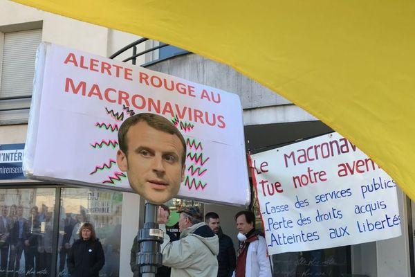 """Une manif """"anti macronavirus"""" a eu lieu devant le local de La République en Marche à Dijon samedi 15 février 2020."""