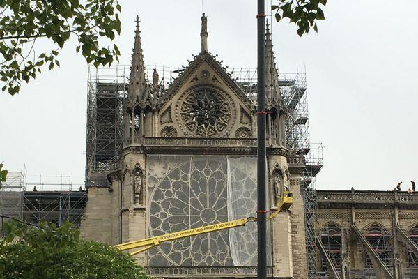Un filet de protection a été posé sur les deux rosaces de la cathédrale pour éviter les chutes de pierre.