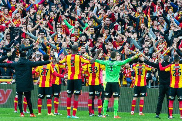 Les joueurs lensois célébrant une victoire avec leur public à Bollaert-Delelis en décembre 2015