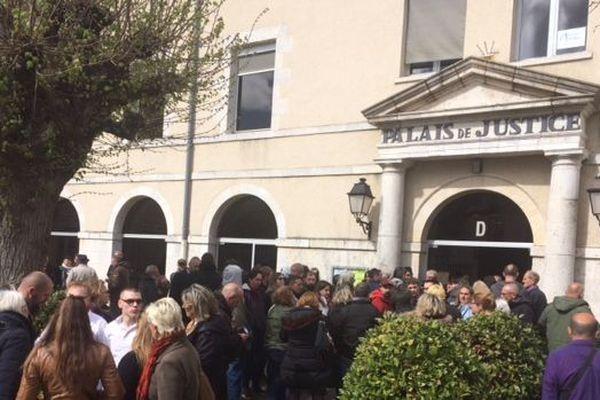 Près de 80 personnes se sont rassemblées devant le tribunal en attendant la décision de justice