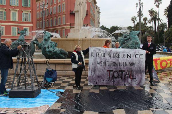 Militants de Greenpeace, place Massena à Nice, pour dénoncer un projet Total d'exploration au Brésil
