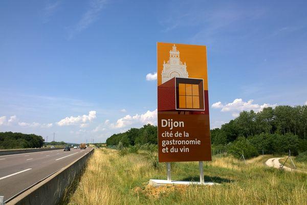 L'un des nouveaux panneaux autoroutiers installés autour de Dijon pour attirer les touristes