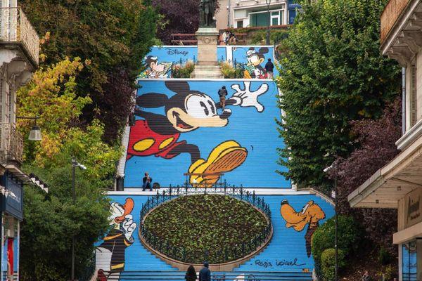 L'escalier Denis-Papin de Blois a revêtu les couleurs de Disney, dans une fresque réalisée par Régis Loisel.
