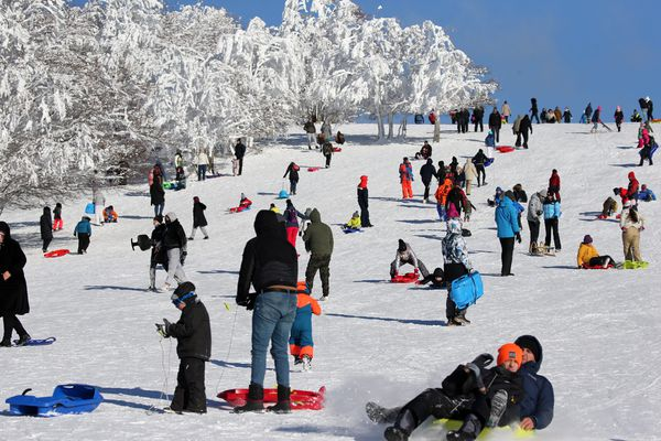 Les dernières chutes de neige ont attiré les gens sur les massifs de montagne. Comme ici au Markstein en Alsace.