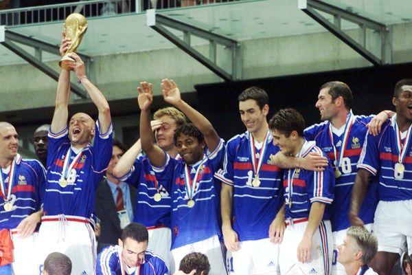 Le 12 juillet 1998, l'équipe de France remporte la Coupe du monde de football face au Brésil, avec 3 buts à 0.