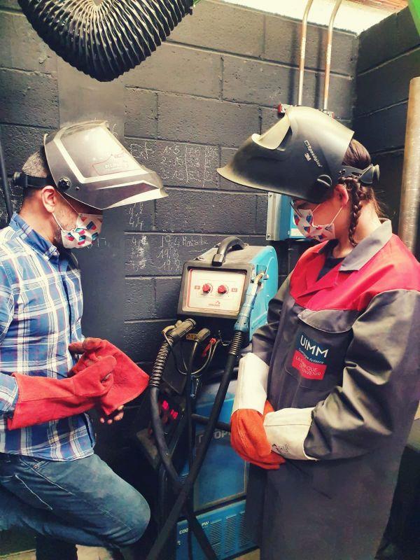 Les femmes formées aux métiers de l'industries comme celui de soudeur.