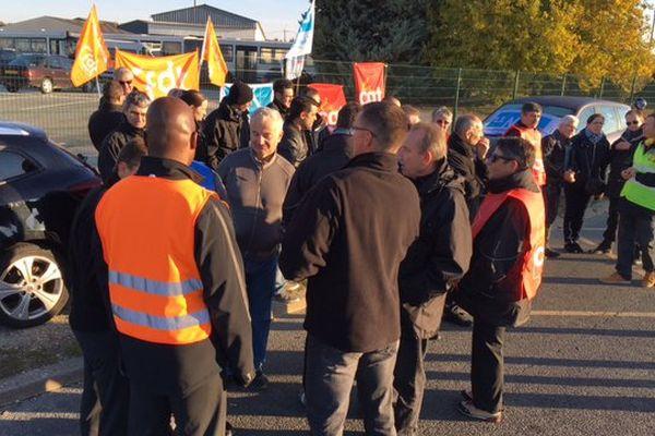 Un piquet de grève s'est installé devant le dépôt des bus de la TAN à Niort depuis ce jeudi matin