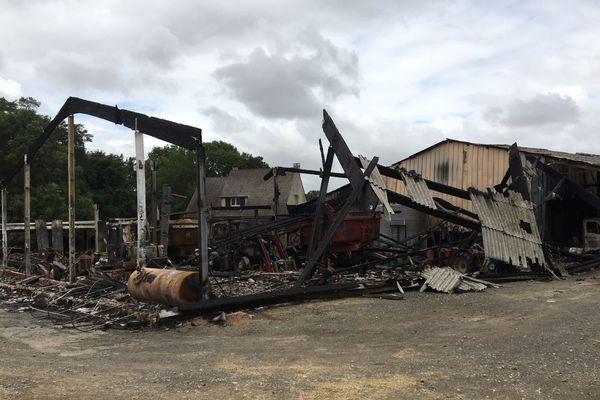 Une cinquantaine de pompiers ont été mobilisés face à l'incendie de l'exploitation.