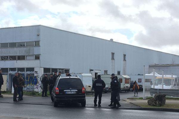 Les forces de l'ordre devant l'entrée du squat