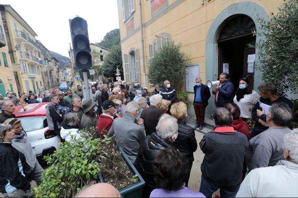 Dimanche 4 octobre devant la maire de Fontan dans la vallée de la Roya, Philippe Oudot s'exprime devant les habitants sinistrés.