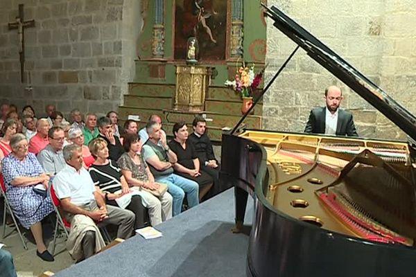 L'acoustique de l'église Saint-Martin d'Hix sublime le son du piano.
