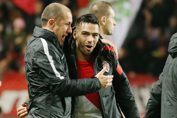 """Leonardo Jardim ici avec Falcao :""""Je suis très heureux de la qualification, la première place mais aussi la performance de l'équipe aujourd'hui."""