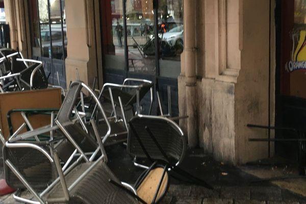 Des tables et des chaises ont été renversées lors de la bagarre.