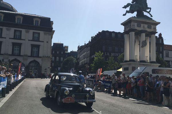 Sous le soleil auvergnat, une Peugeot 203 noire traverse la place de Jaude de Clermont-Ferrand, le 1er juillet 2018.