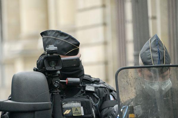 """L'encadrement de la diffusion d'images des policiers fait débat suite à l'examen de la loi sur la """"sécurité globale""""."""