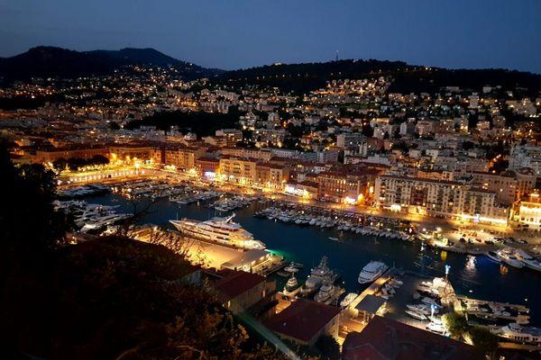 La Castellada, un spectacle-promenade nocturne au travers de laquelle le public accède à une vue imprenable sur la cité niçoise.