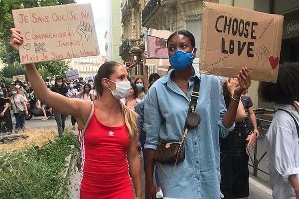 Romane Bernies et Diandra Tchatchouang lors de la manifestation contre les violences policières à Montpellier.