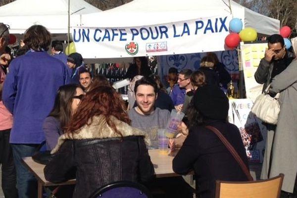 Sur la place de la Comédie, les Scouts de France ont offert aux passants une boisson en signe de paix