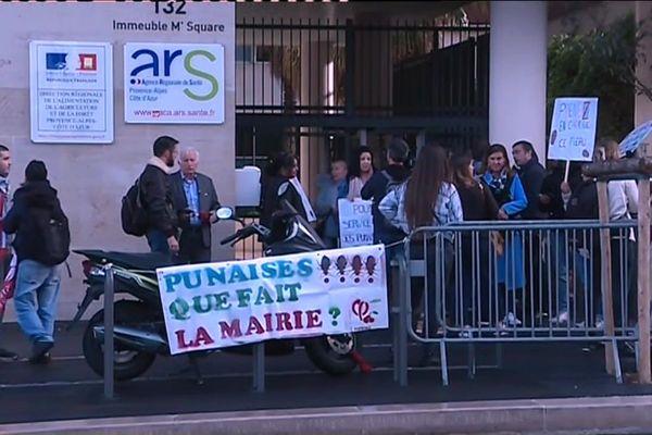 Une cinquantaine de personnes de l'intercollectif Punaises de lit s'est rassemblée ce matin devant l'Agence Régionale de Santé (ARS).