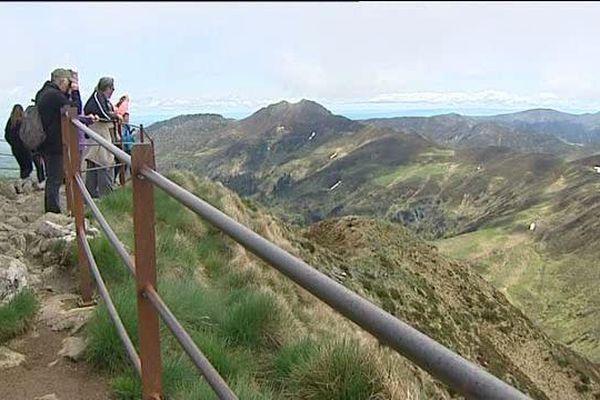 Depuis le col du Pas de Peyrol, la vue sur les massifs auvergnats est appréciée des touristes.
