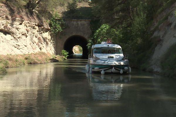 Sur le Canal du Midi, les touristes sont peu nombreux en ce début de saison.