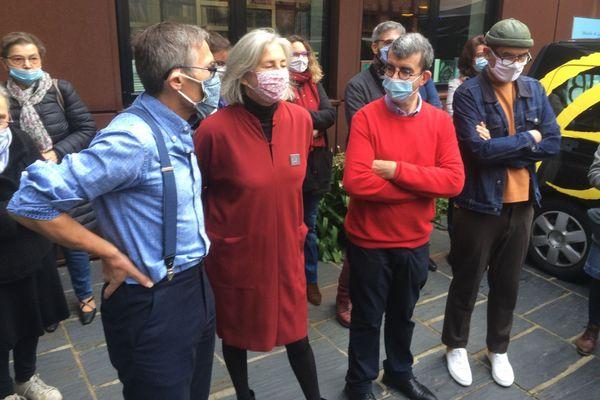 Conférence de presse improvisée dans la rue pour les libraires frondeurs du Mans qui protestent contre l'obligation qui leur est faite de fermer durant le confinement