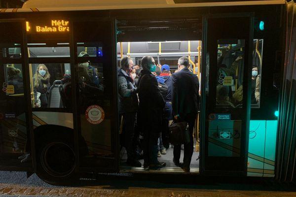 Les usagers du métro sont redirigés vers des bus de la ville.