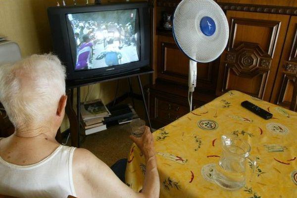 Personne âgée en période de canicule: ne pas s'exposer inutilement au soleil, se ventiler et boire de l'eau