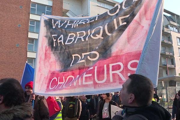 Des anciens salariés de Whirlpool manifestent pendant la visite d'Emmanuel Macron à Amiens.