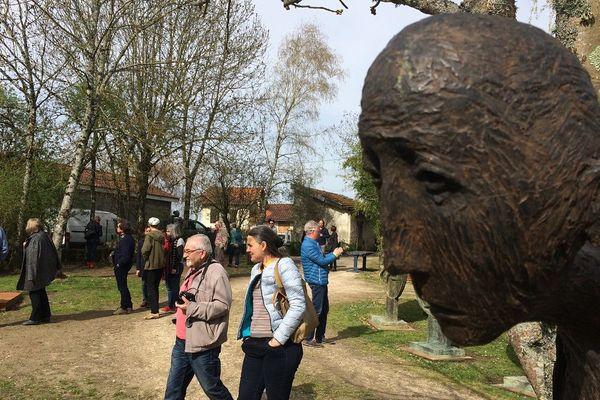 Plus de 300 visiteurs venus de toute la France, de Québec, de Suisse découvrent l'atelier du sculpteur Marc Petit