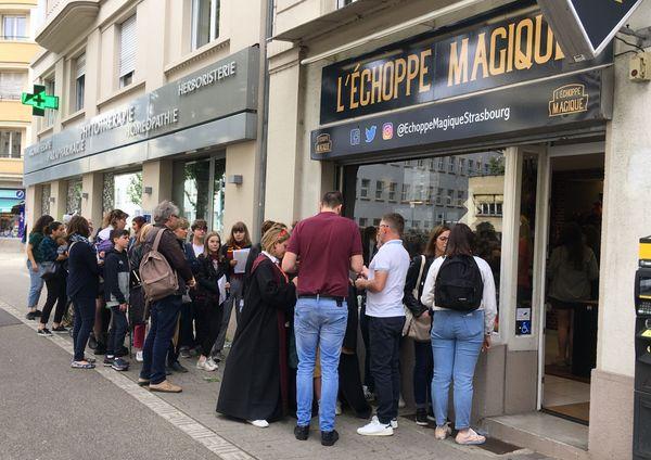 La file d'attente  devant l'échoppe magique à Strasbourg pour Josh Herdman