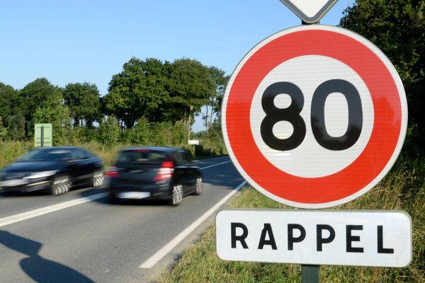 Selon un recensement effectué par l'AFP en décembre, 25 départements ont annoncé leur intention de repasser aux 90 km/h (illustration : un panneau de signalisation limitant la vitesse de circulation à 80 km/h sur une route à double sens sans séparateur central).