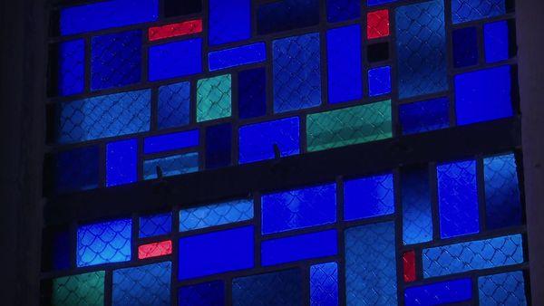 Le détail du vitrail contemporain posé dans le choeur de l'Abbatiale de St-Amant-de-Boixe en Charente.
