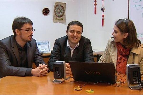 David Heriban et Michaël Gauthier regarde le reportage tourné avec eux en 2008