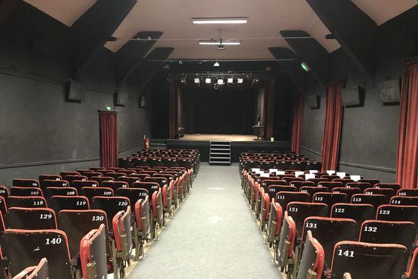 La salle du théâtre Monsabré à Blois peut accueillir 240 personnes.
