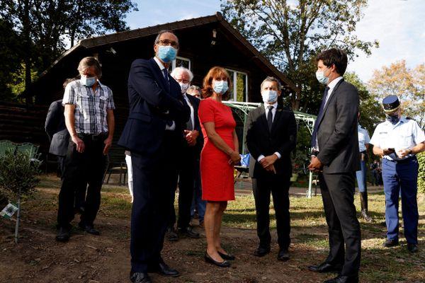 De gauche à droite : le député de l'Oise et ancien maire de Chantilly Éric Woerth et les ministres Gérald Darmanin et Julien Denormandie, entourant Mireille Didier (en rouge), propriétaire de chevaux à Plailly (Oise).