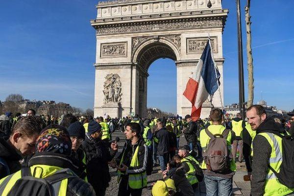 """Des gilets jaunes devant l'Arc de triomphe ce samedi 16 février pour """"l'acte 14"""" du mouvement."""