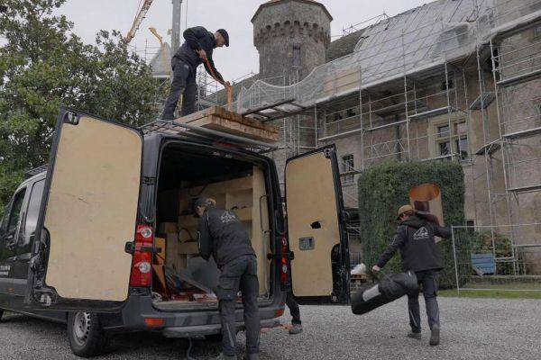 Arrivée sur un chantier pour le maître-couvreur sur le toit et ses apprentis.