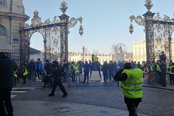 Pour repousser les manifestants, des membres des forces de l'ordre postés place Stan ont fait usage de gaz lacrymogènes.