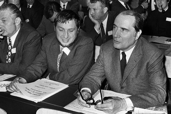François Mitterrand, député de la Nièvre, prend la tête du Parti Socialiste en 1971 au Congrès d'Epinay