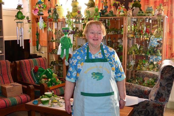 Micheline, l'amour des clients et une passion : la collection de grenouilles, elle en possède 1600.
